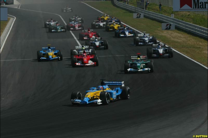 Fernando Alonso, Renault, leads from the start. Hungarian Grand Prix Sunday. Hungaroring, Budapest. 24th August, 2003.