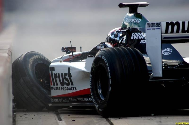 Paul Stoddart crashes the PS01. Minardi Thunder at the Rock, Rockingham, England. 29-31 August 2003