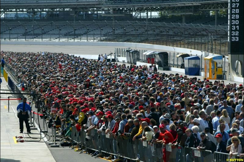 The crowd gathers for the pit walkabout. United States GP, Indianapolis Motor Speeway. Thursday, September 25th 2003.