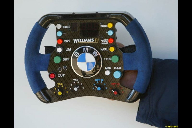 Williams present their new steering wheel. Jerez F1 testing, 9-11 December 2003.