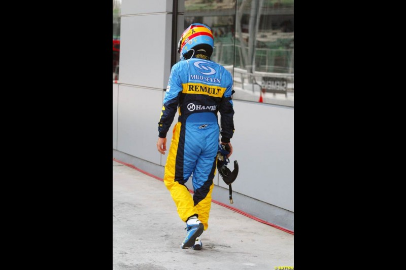 Fernando Alonso, Renault, returns to the paddock after spinning on his flying lap. Saturday qualifying for the Malaysian Grand Prix. Sepang, Kuala Lumpur, Malaysia. March 20th 2004.