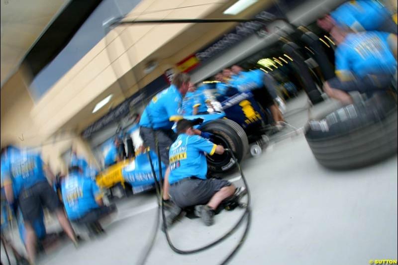 Renault practice pitstops. Bahrain Grand Prix, Bahrain International Circuit. April 1st, 2004.