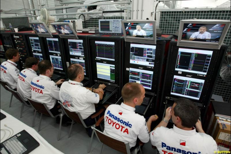 Toyota's engineering offices. Bahrain Grand Prix, Bahrain International Circuit. April 1st, 2004.