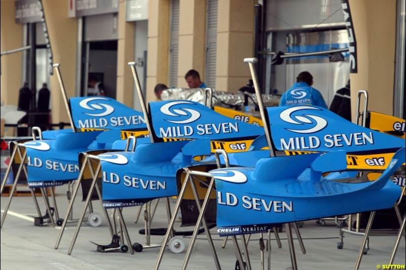 Renault bodywork. Bahrain Grand Prix, Bahrain International Circuit. April 1st, 2004.