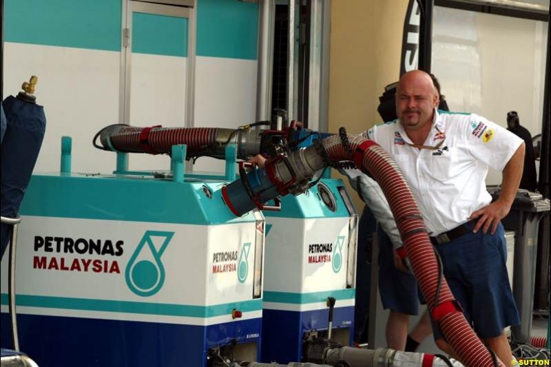Sauber mechanic with the refuelling rig. Bahrain Grand Prix, Bahrain International Circuit. April 1st, 2004.