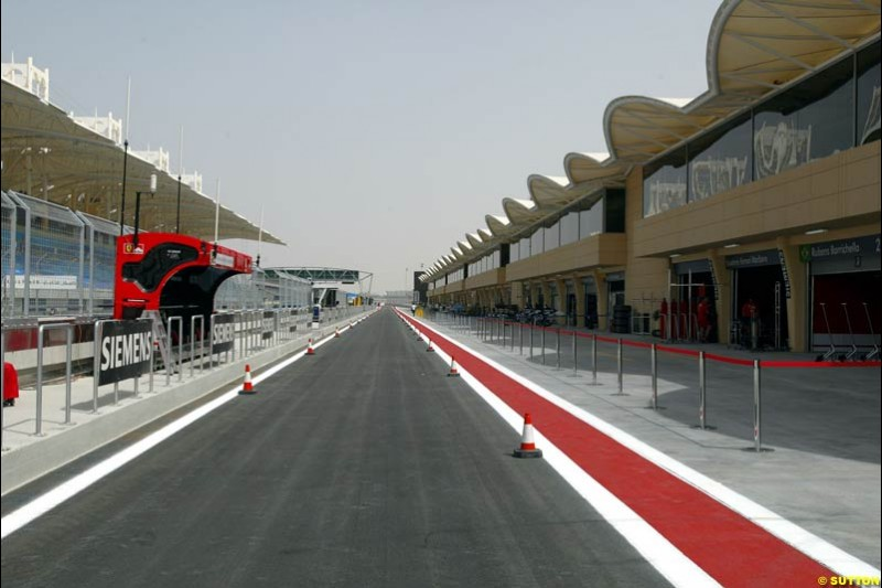 The pitlane. Bahrain Grand Prix, Bahrain International Circuit. April 1st, 2004.