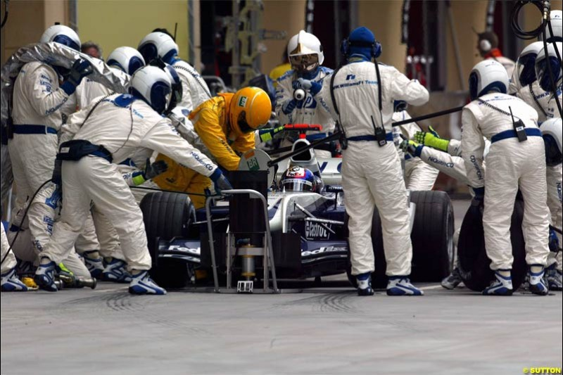 Williams pitstop. The Bahrain Grand Prix. Bahrain International Circuit, April 4th 2004.