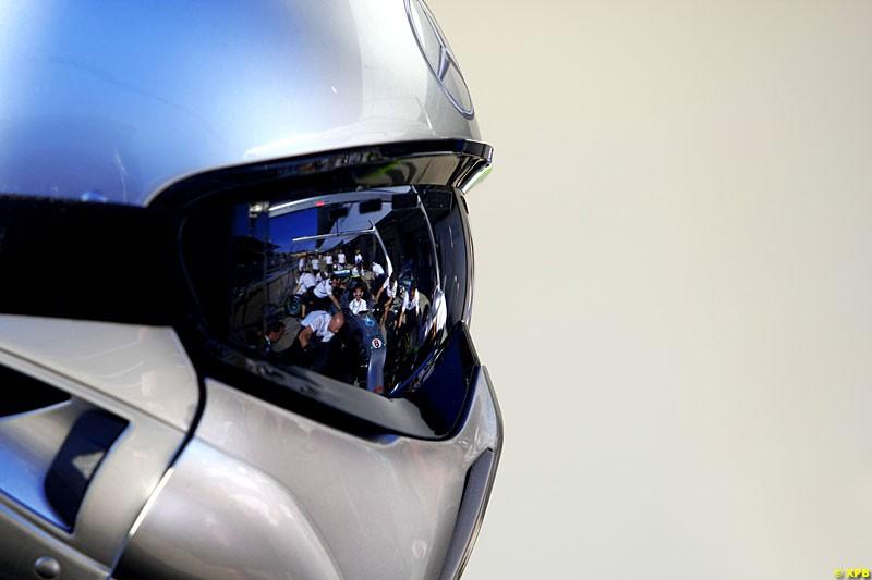 Mercedes mechanic, Practice, Formula One World Championship, Round 15, Japanese Grand Prix, Suzuka Circuit, Mie Prefecture, Japan. Friday 5 October 2012.