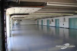Dentro de los garages antes de que los equipos comiencen a alistarse