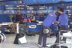 El equipo de Prost añadiendo partes de carrera
