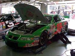 Trabajo en el garage sobre el auto de Bobby Labonte