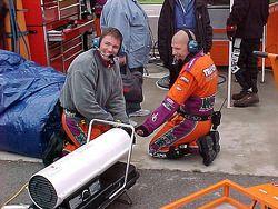 El equipo se calienta las manos en un calentador