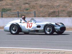 Stirling Moss en el auto de Fangio