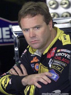 Mike Wallace espera en el área de garage