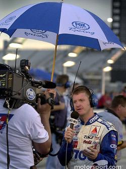 Jeff Burton da una entrevista a la espera de que termine la lluvia previa a la clasificación