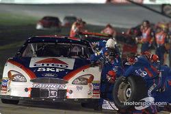 El ganador de la carrera, Jeff Burton, durante una parada de pits