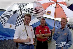 Andy Houston et Ricky Craven, coéquipiers chez PPI, attendent sous la pluie pour voir si les qualifications auront lieu