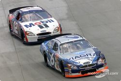 Mark Martin lucha con Jeremy Mayfield