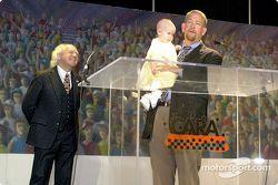 Los reverendos Hunter Floyd y Mark Wingler y su hija, Madison