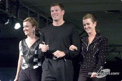 Scott Sharp, su esposa Kim y su hermana gemela