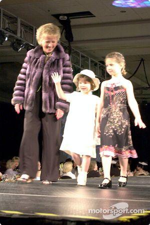 Mary Lou Bogner y sus nietas Kelsey y Arden Beaudry