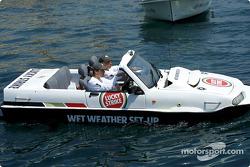 Olivier Panis divirtiéndose con el vehículo anfibio a motor diesel de 1800 cc, Dutton Commander