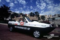 Olivier Panis con el auto anfibio Dutton Commander