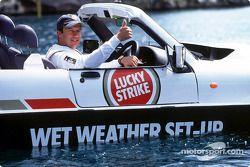 Olivier Panis avec la voiture amphibie Dutton Commander