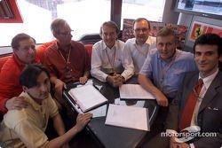 Signature de l'accord entre Ferrari et Vodafone : Peter Harris, Jean Todt, Chris Gent, Luca di Montezemolo, Thomas Geitner, David Haines et Lorenzo Legnaioli
