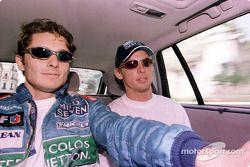 Jenson Button et Giancarlo Fisichella sur le circuit avec une Renault Clio