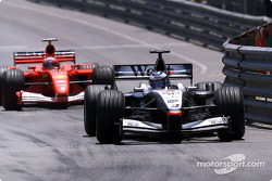 Mika Hakkinen luchando con Rubens Barrichello