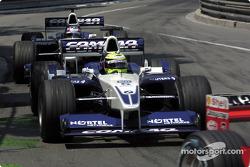 Ralf Schumacher y Juan Pablo Montoya persiguiendo a Rubens Barrichello