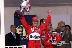 Michael Schumacher et Rubens Barrichello sur le podium avec le Prince Rainier