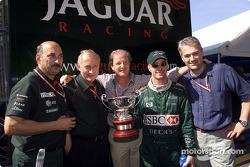 Eddie Irvine celebrando su tercer lugar con Bobby Rahal y el equipo Jaguar
