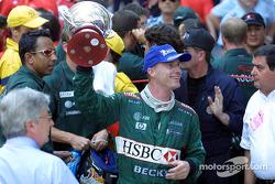Eddie Irvine celebrando su tercer sitio