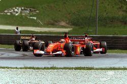 Michael Schumacher ve Rubens Barrichello, under pressure by Jos Verstappen