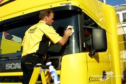 Limpiando el camión de Jordan