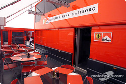 La casa rodante y la suite de hospitality de Ferrari, como si estuvieras ahí
