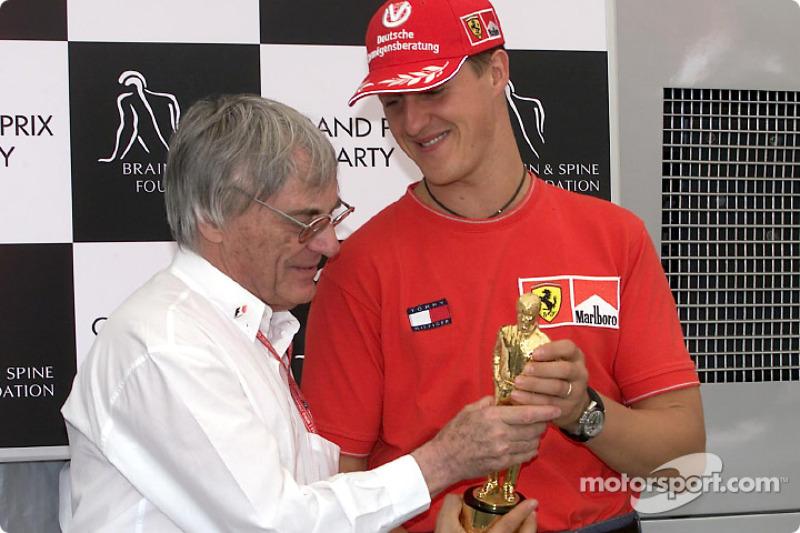 """Michael Schumacher reçoit son """"Bernie"""" de la part de Bernie Ecclestone"""