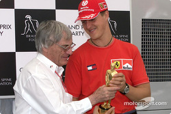 Michael Schumacher recibe su