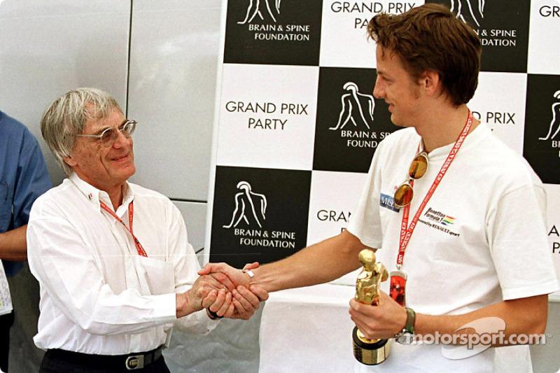 "Fiesta del Gran Premio para la Brain & Spine Foundation: Jenson Button recibiendo su ""Bernie"" de man"