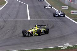 Jarno Trulli enfrente de Juan Pablo Montoya