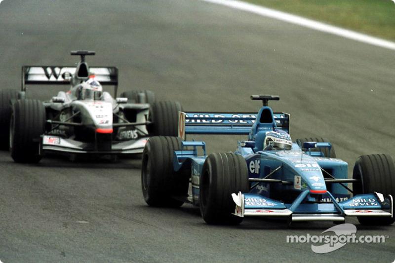 Giancarlo Fisichella delante de David Coulthard en el GP de España