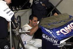 Juan Pablo Montoya divirtiéndose con el mensaje en el alerón trasero