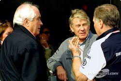 Roger Penske discussing ve Patrick Head