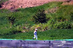 Juan Pablo Montoya loopt terug naar de pits