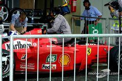 David Coulthard et Michael Schumacher dans le parc fermé