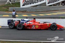 Juan Pablo Montoya face à Michael Schumacher