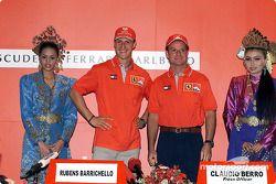 Michael Schumacher ve Rubens Barrichello, ve local beauties