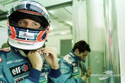 Jenson Button y Giancarlo Fisichella alistándose
